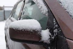Brudny i śnieg zakrywający SUV strony lustro Frontowy widok Fotografia Stock