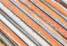 Brudny i ośniedziały stary drymby sterty tło Fotografia Stock