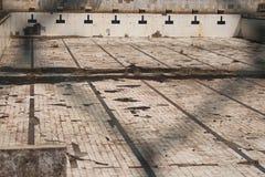 Brudny i zaniechany Olimpijski basen fotografia stock