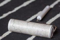 Brudny linka rolownik na czarny i biały dywanie zdjęcia royalty free