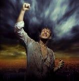 Brudny mężczyzna w naturalnej triumf pozie Zdjęcia Royalty Free
