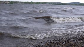 Brudny morze po burzy zbiory