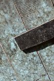 Brudny & otłuszczony drewniany drzwi - oryginalnie jajecznej skorupy błękit wędkował i pokazywać listowego pudełko zdjęcia royalty free