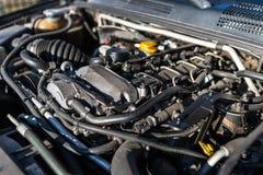 Brudny parowozowy przedział w używać samochodzie, widoczne części silnik, kable, linie i rezerwuary dla cieczy, obraz royalty free