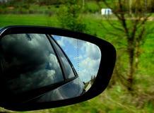 Brudny rearview lustro z odbiciami chmury zdjęcie royalty free