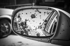 Brudny samochodowy tylni widoku lustro obrazy stock
