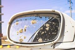 Brudny samochodowy tylni widoku lustro obraz stock