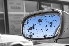 Brudny samochodowy tylni widoku lustro obraz royalty free