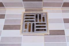 Brudny stali nierdzewnej prysznic odciek w nowożytnym stylu obrazy royalty free