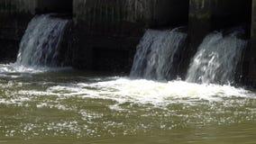 Brudny woda przepływ kanał ściekowy od miasta, ścieki płynie od drymby zbiory