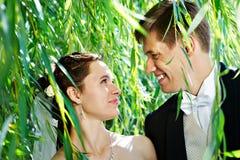 brudpar ansar lyckligt Royaltyfri Foto