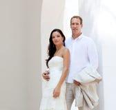 Brudpar att gifta sig bara i medelhavs- Arkivfoto