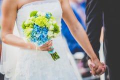 Bruds innehav hennes bukett Fotografering för Bildbyråer