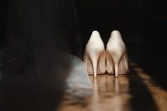 Bruds skor i solfläcken Fotografering för Bildbyråer