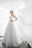 Brudskönhet Ung kvinna i bröllopsklänning inomhus arkivbild