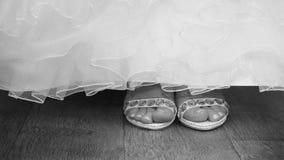 Brudskor och klänning Fotografering för Bildbyråer