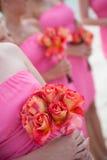 Brudtärnor som rymmer blommor Royaltyfri Fotografi