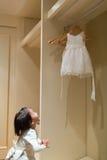 Brudtärna och hennes klänning Arkivbild