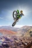 Brudu roweru jeźdza latająca wysokość na wierzchołku vulcan Obrazy Royalty Free