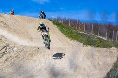 Brudu roweru jeździec jest latającym wysokością Obrazy Stock