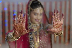 Brudvisninghenna på hennes handhänder i indiskt hinduiskt bröllop arkivbild