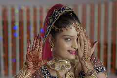 Brudvisninghenna på hennes handhänder i indiskt hinduiskt bröllop royaltyfria bilder