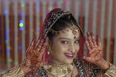 Brudvisninghenna på hennes handhänder i indiskt hinduiskt bröllop arkivfoto
