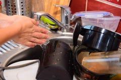 Brudzi naczynia przygotowywających myć Zdjęcia Stock