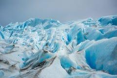 Brudzi plamy na skłonie lodowiec Shevelev Zdjęcia Stock