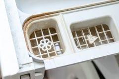 Brudzi pleśniowego pralka detergent i tkaniny conditioner aptekarki kreślarza przedział zamkniętych w górę Foremka, rdza i limesc obraz stock