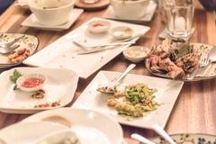 Brudzi talerze po wiele ludzi obiadowych obraz stock