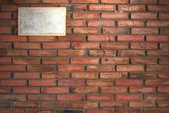 Brudzi znaka na Starym ściana z cegieł obraz stock