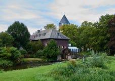 BRUEGGEN, ALLEMAGNE - 14 SEPTEMBRE 2015 : La vue sur le vieux moulin de Brueggen avec la vieille roue de moulin et le vieux châte Photographie stock libre de droits