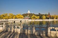 Brug aan het eiland in Beihai-Park, Peking Royalty-vrije Stock Fotografie