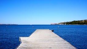 Brug aan het overzees met blauwe hemel Stock Foto