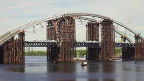 Brug in aanbouw in Kiev stock videobeelden