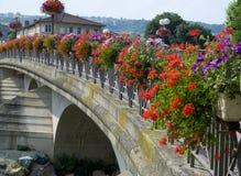 Brug in Anse, Frankrijk dat met bloemen wordt verfraaid stock afbeeldingen
