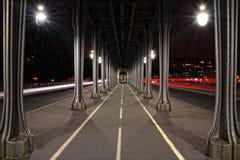 Brug bir-Hakeim in 's nachts Parijs royalty-vrije stock foto's