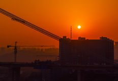 Brug bouw en het plaatsen zon Royalty-vrije Stock Afbeeldingen