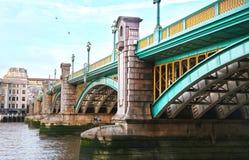 Brug boven de rivier van Theems in de stad het Verenigd Koninkrijk van Londen stock foto