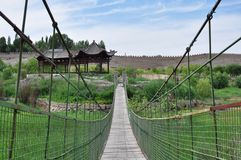 Brug buiten het fort van Jiayuguan in Jiayuguan, Gansu, China stock foto's