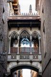 Brug in Carrer del Bisbe in Barcelona Barri Gotic, Spanje Stock Afbeelding