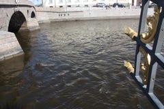 brug, de details van de decoratie en de rivier royalty-vrije stock fotografie