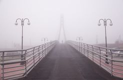 Brug in de mist Royalty-vrije Stock Foto's