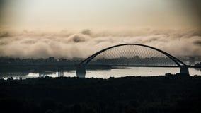 Brug in de mist bij zonsopgang stock afbeelding