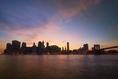 Brug de van de binnenstad van Manhattan en van Brooklyn bij zonsondergang Stock Afbeeldingen