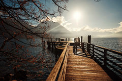 Brug in de winter in Oostenrijk met een mening van de bergen en het meer Royalty-vrije Stock Fotografie