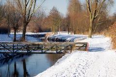 Brug in de winterlandschap Stock Foto's