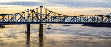 Brug die de Rivier van de Mississippi kruisen bij schemering Stock Afbeelding