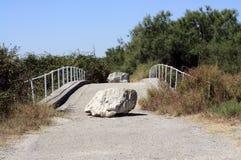 Brug die door rotsen wordt geblokkeerd Stock Foto's